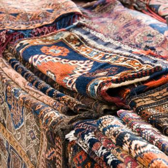 Indyjskie dywany w różnych wzorach.
