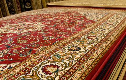 Perski dywan na wystawie w sklepie.